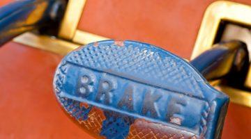 Pedal de freio baixando: causas e prevenção